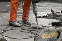 Mann an der Baustelle Asphalt demolierend Lizenzfreie Stockfotos