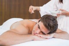 Mann, der Behandlung in der Badekurortmitte bekommt Stockbilder