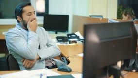 Mann, der bei der Arbeit schläft stock video