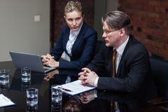 Mann, der bei der Sitzung spricht Lizenzfreies Stockfoto