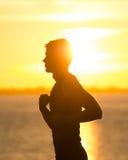 Mann, der bei Sonnenaufgang läuft Lizenzfreie Stockfotos