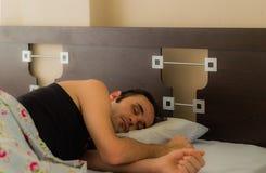 Mann, der bequem morgens in seinem Bett schläft lizenzfreie stockfotografie