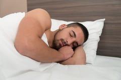 Mann, der bequem in seinem Bett schläft stockbilder
