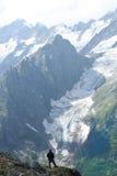 Mann, der Berge betrachtet Stockbilder