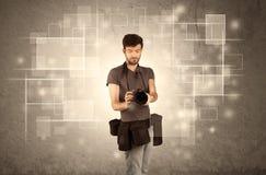 Mann, der Berufskamera mit Linse hält Stockfotografie