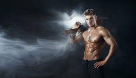 Mann der besonderen Kraft mit dem Sturmgewehrgewehr Stockfotografie