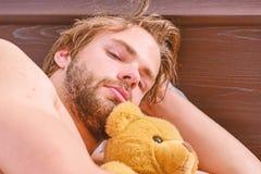 Mann, der in Bett ausdehnt Ausdehnung nach morgens aufwachen Spur früh lizenzfreie stockfotografie