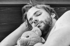 Mann, der in Bett ausdehnt Ausdehnung nach morgens aufwachen Spur fr?h lizenzfreie stockbilder