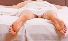 Mann, der in Bett ausdehnt Netter junger Mann wacht auf, nachdem er morgens geschlafen hat Schlaf wacht auf lizenzfreies stockfoto