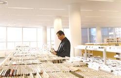 Mann in der Bibliothek Stockfotos