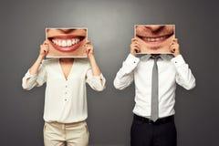 Mann, der Bilder mit großem Lächeln hält