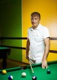 Mann, der Billiarde spielt Lizenzfreies Stockbild