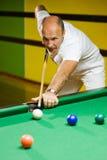 Mann, der Billiarde spielt Lizenzfreie Stockfotos