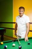 Mann, der Billiarde spielt Stockbilder