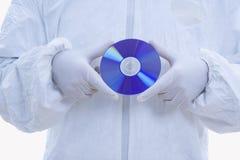Mann in der biohazard Klage mit CD Stockbild