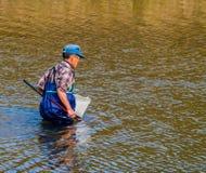 Mann, der blaue Stelzvögel in Kumgang-Fluss trägt Lizenzfreie Stockbilder