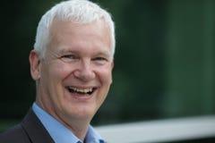 Mann, der blauen Hintergrund lacht Lizenzfreies Stockbild