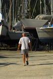 Mann, der in boatyard geht lizenzfreie stockfotos