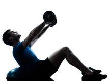Mann, der bosu Gewicht-Trainings-Training ausübt Stockfotografie