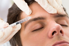 Mann, der Botox-Behandlung hat lizenzfreies stockbild
