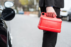 Mann, der Brennstoffdose, geerntetes Bild hält Lizenzfreies Stockfoto