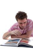 Mann, der Buch schaut Lizenzfreies Stockbild
