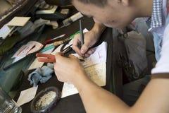 Mann, der Chinesen schnitzt Lizenzfreie Stockfotografie