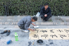 Mann, der chinesische Kalligraphie schreibt Stockfotos