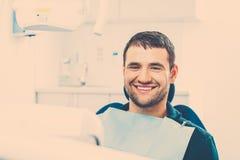 Mann an der Chirurgie des Zahnarztes Lizenzfreie Stockfotos