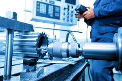 Mann, der CNC-Bohrung und Bohrmaschine betreibt Industrie Stockfoto