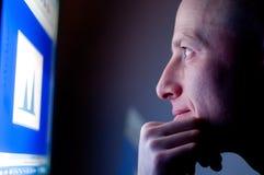 Mann, der an Computer arbeitet Lizenzfreie Stockbilder