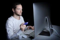 Mann, der Computer und Kreditkarte verwendet Lizenzfreies Stockbild