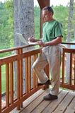 Mann, der Computer während auf Ferien verwendet stockfoto