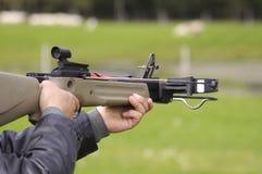 Mann, der Crossbow auf Ziele abzielt Lizenzfreie Stockfotografie