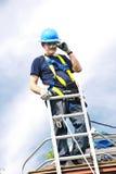 Mann, der an Dach arbeitet Lizenzfreie Stockbilder