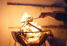 Mann, der das Feuer für Grill tut Lizenzfreies Stockfoto