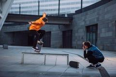 Mann, der das Foto des Skateboardfahrers Trick tuend macht stockfotos