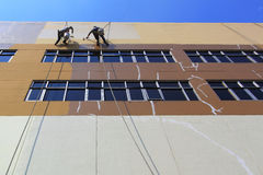 Mann, der das Gebäude malt Stockfotografie