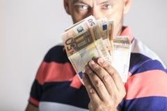 Mann, der das Geld zeigt Lizenzfreie Stockfotografie