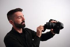 Mann, der das Kameraobjektiv säubert Lizenzfreies Stockbild