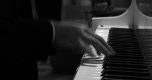 Mann, der das Klavier in Schwarzweiss spielt stock footage