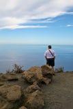 Mann, der das Meer ansieht Stockbild