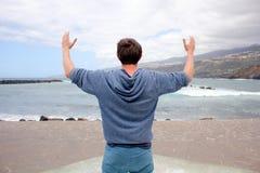 Mann, der das Meer betrachtet Stockbild