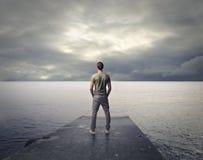 Mann, der das Meer betrachtet Lizenzfreies Stockfoto
