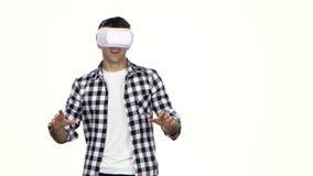 Mann, der das Online-Spiel trägt Gläser der virtuellen Realität spielt Weißer Hintergrund stock footage