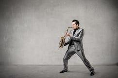 Mann, der das Saxophon palying ist Stockbilder
