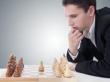 Mann, der das Schach, die Maßnahme treffend spielt Stockfotografie