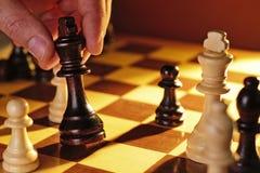 Mann, der das Schach trifft eine Maßnahme spielt Lizenzfreie Stockfotografie