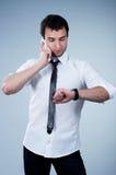 Mann, der das Telefon beantwortet Stockbilder