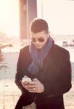 Mann, der das Telefon verwendet lizenzfreies stockfoto
